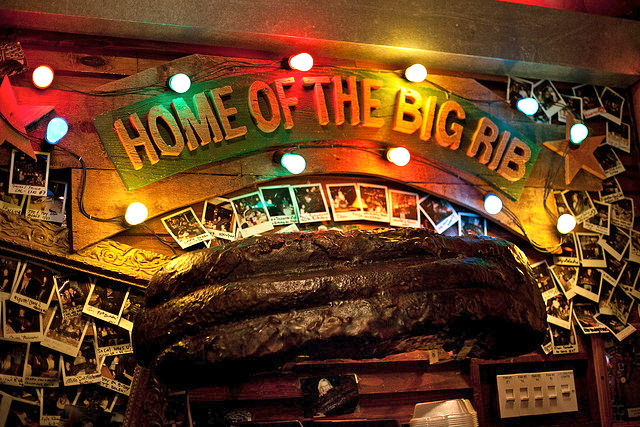 The County Line, if ya don't know, is home to the so-called Big Rib.  While I appreciate this 3-ft model of a big rib, it looked a little like the Giantest Turd I've Ever Seen in person.
